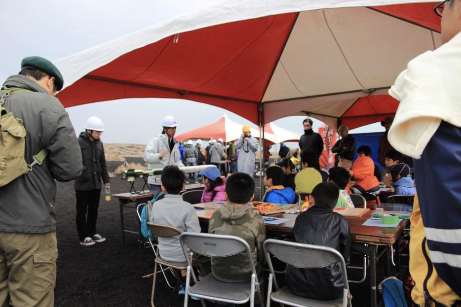 ロケット教室の様子!20人ほどの小中学生と保護者の皆様がお集まりくださいました。
