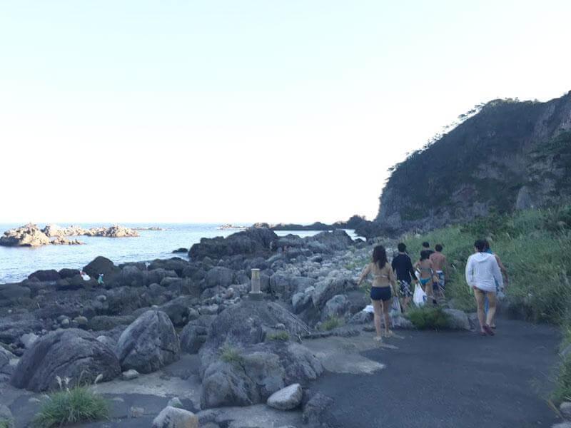 駐車場から5分ほど海岸沿いを歩きます。