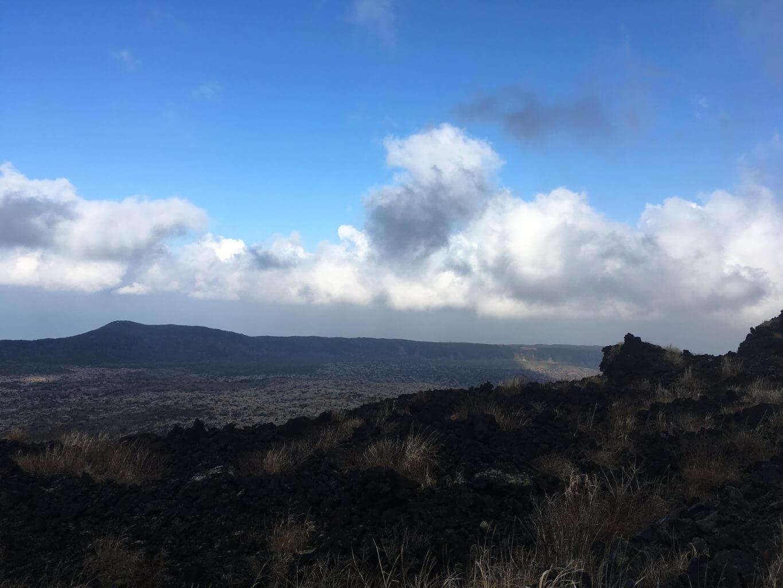 溶岩流の跡が残る三原山の頂上