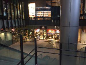 地上からだと、階段をおりてすぐ目の前が離島キッチン 日本橋さんがあります