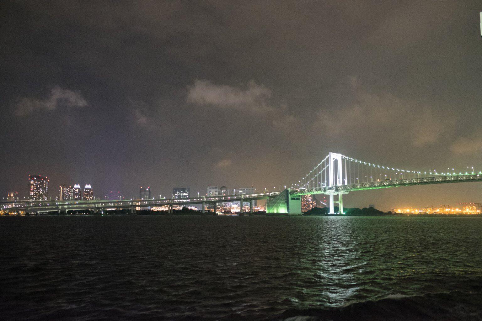 東京湾から望むレインボーブリッジ