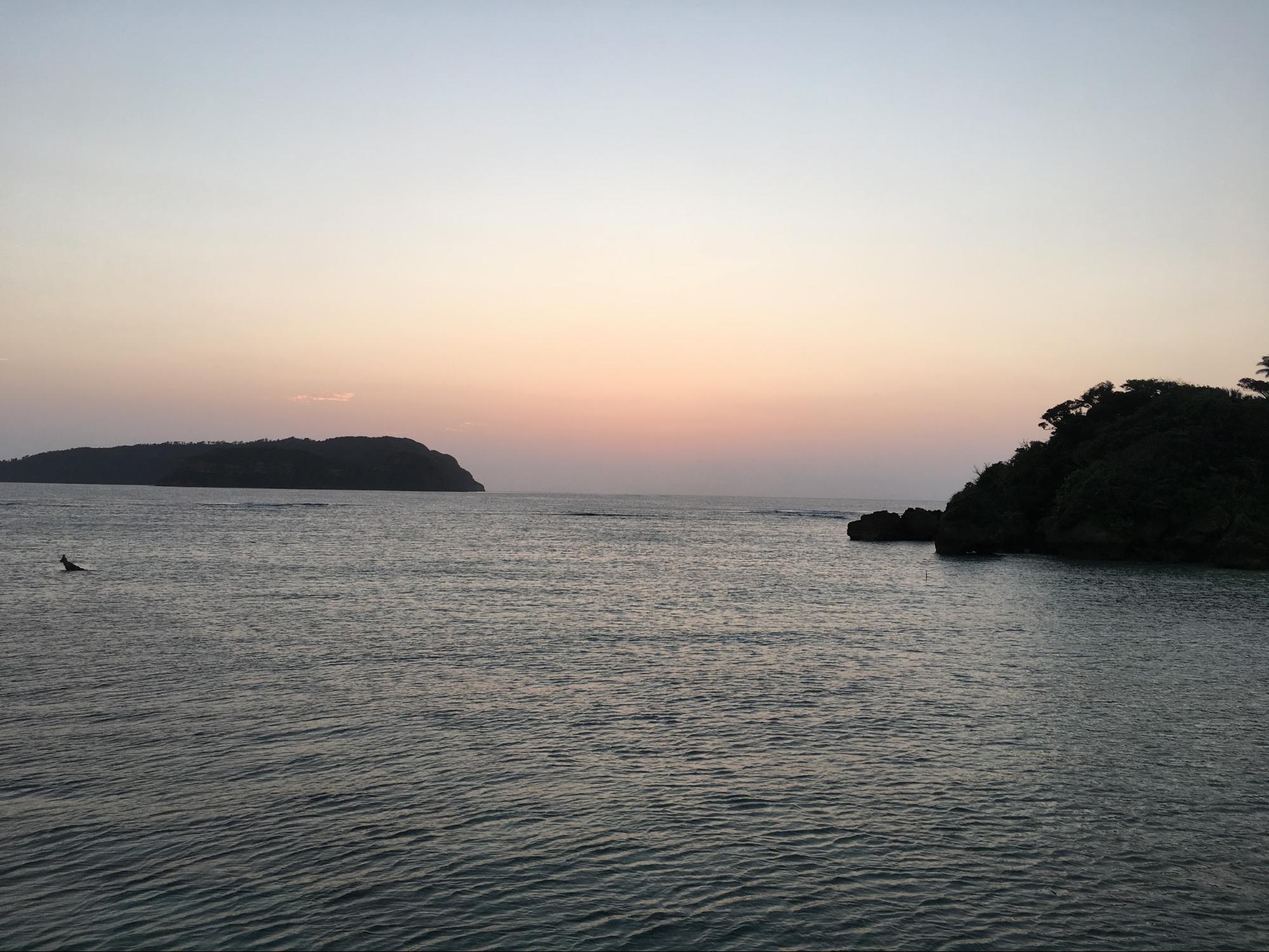 夕日が沈んだ後の西表島祖納港の夕暮れ