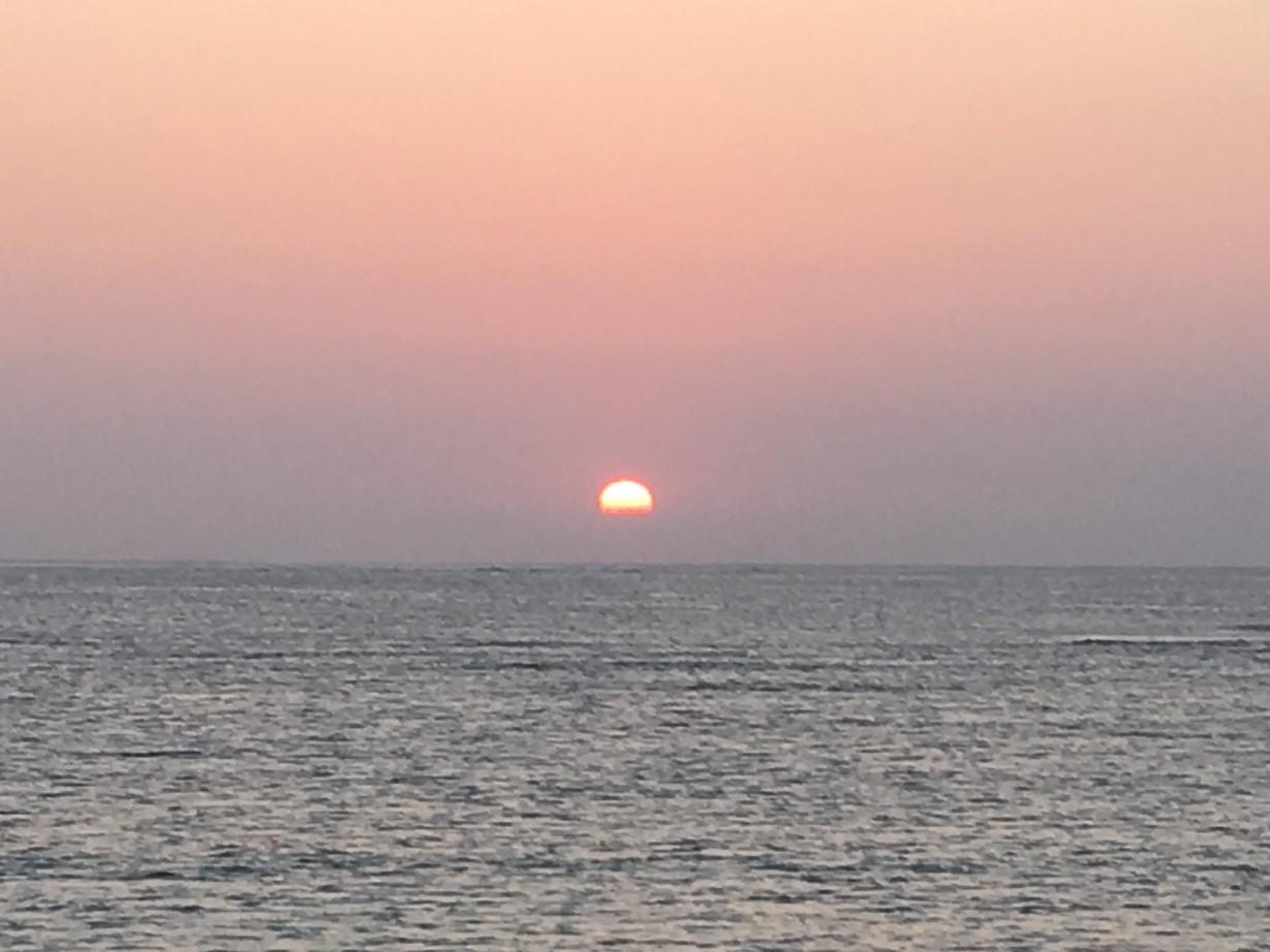 水平線の少し上に沈む夕日②