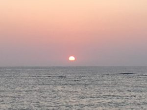 水平線の少し上に沈む夕日①