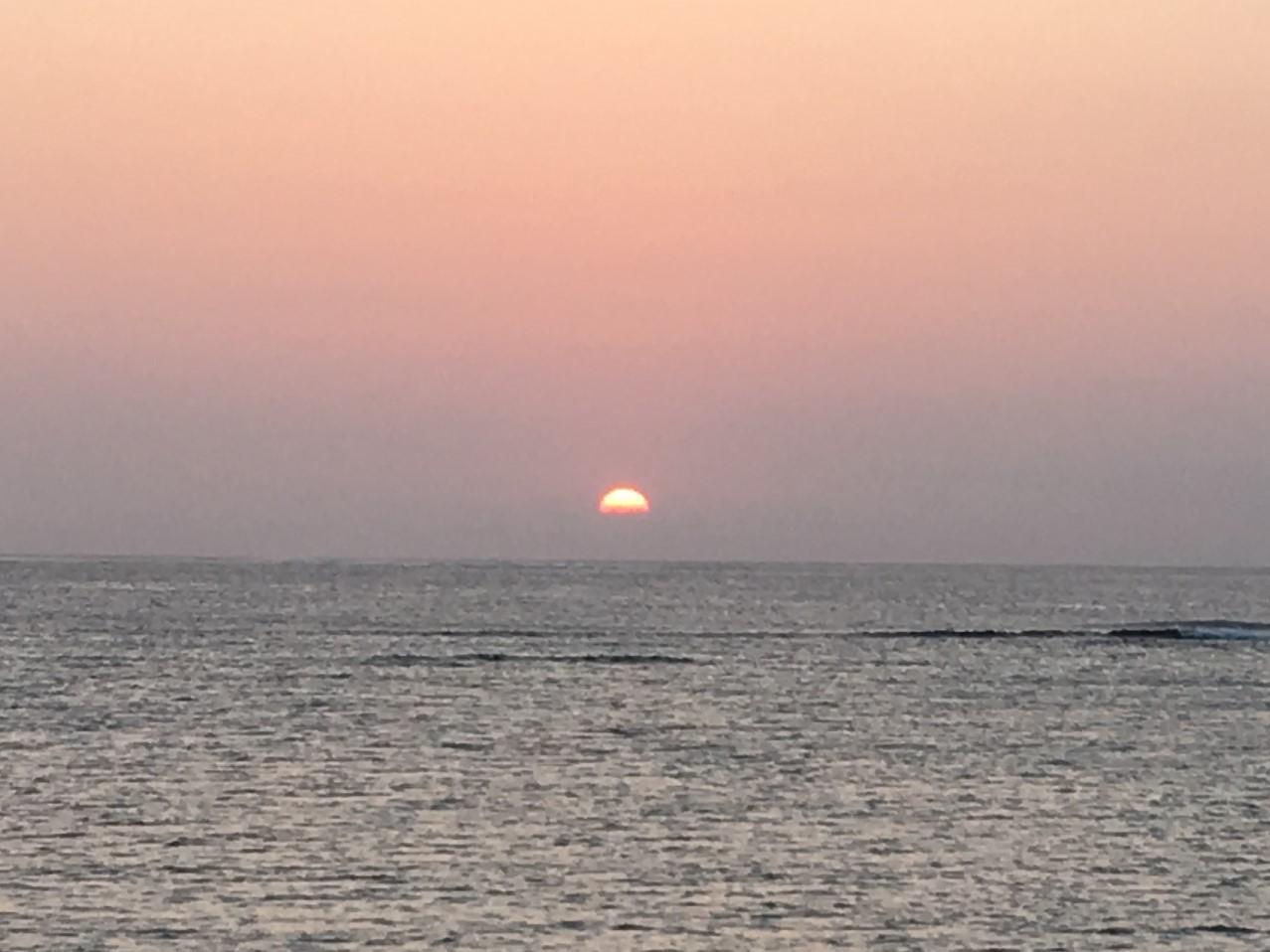 水平線の少し上に沈む夕日③